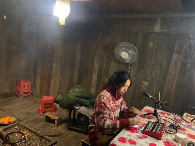 """袁桂花的直播间,这里是她家做饭吃的厨房,也是接待客人的""""客堂"""""""